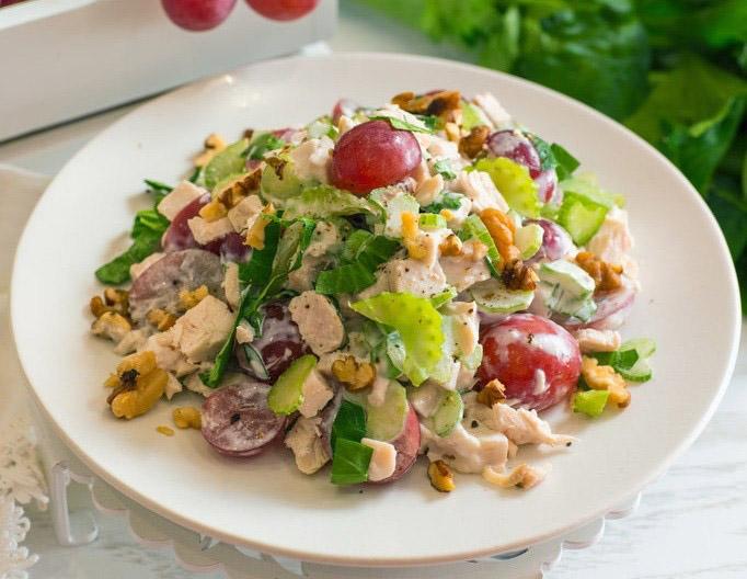Быстрый салат с курицей и виноградом