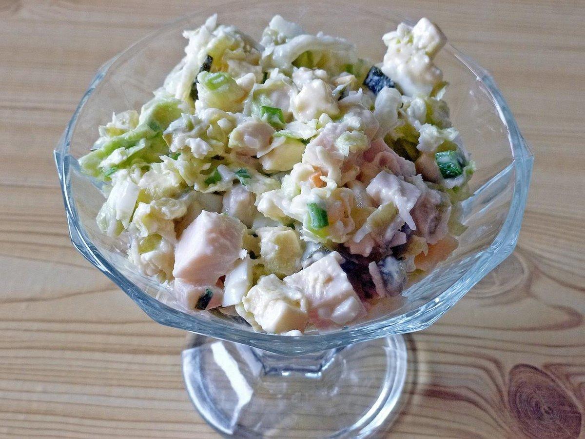 Салат с курицей, виноградом и пекинской капустой